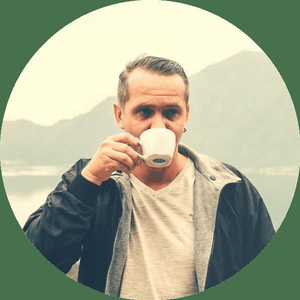stariji covek koji koristi Macun med za potenciju